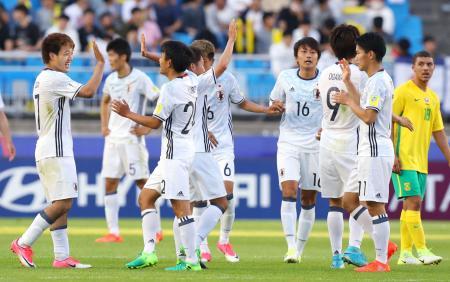 南アフリカに勝利し喜ぶ堂安(左端)ら日本イレブン=水原(共同)