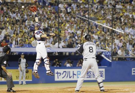7回阪神2死二、三塁、打者福留への敬遠の投球をルーキが暴投し勝ち越しとなる。捕手中村=神宮