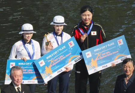 アーチェリーW杯の女子個人で3位に入り、表彰式で笑顔の早川漣(右)=上海(全日本アーチェリー連盟提供)