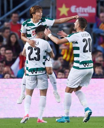 バルセロナ戦で得点し、チームメートに祝福されるエイバルの乾(上)=バルセロナ(ゲッティ=共同)