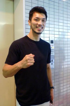 取材に応じ、笑顔でポーズをとる村田諒太=22日、東京都内