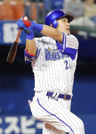 3回DeNA2死一塁、筒香が右越えに同点2ランを放つ=横浜