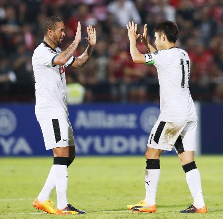 川崎―ムアントン 後半、勝ち越しゴールを決め、エドゥアルドネット(左)と喜ぶ川崎・小林=ムアントンタニ(共同)