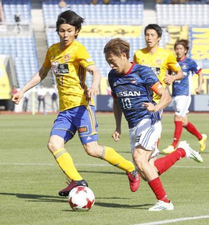 J1 横浜M―仙台 後半、競り合う仙台・大岩(左)と横浜M・斎藤=日産スタジアム