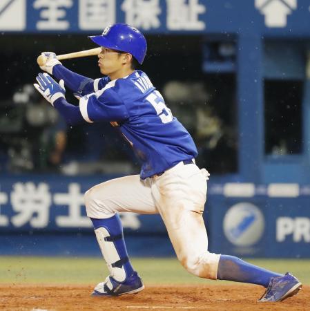 8回中日1死、京田がこの試合4安打目となる投手への内野安打を放つ=横浜