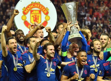 サッカー、欧州リーグで優勝し、トロフィーを挙げるマンチェスター・ユナイテッドのルーニー選手=ストックホルム(AP=共同)