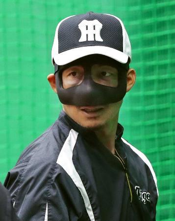 顔に防具を着けて練習する阪神・鳥谷=甲子園