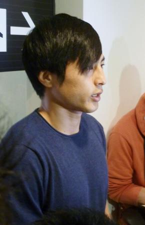 サッカー日本代表に初招集され、帰国した羽田空港で取材に応じる加藤=26日午後