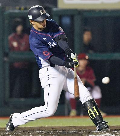8回西武1死一、二塁、浅村が右中間に勝ち越しの2点二塁打を放つ=Koboパーク宮城