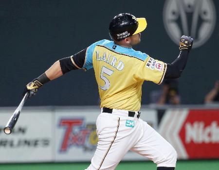 2回日本ハム1死、レアードが左越えに本塁打を放つ=札幌ドーム