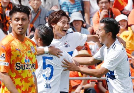 清水―横浜M 前半、先制ゴールを決め喜ぶ横浜M・松原(右から2人目)ら。左端は清水・竹内=アイスタ
