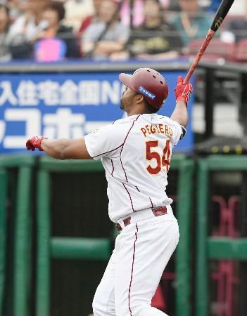 4回楽天2死満塁、ペゲーロが右越えに満塁本塁打を放つ=Koboパーク宮城