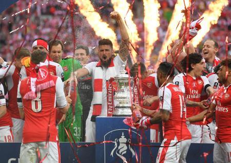 FA杯を制し、歓喜の雄たけびを上げるアーセナルの選手たち=27日、ロンドン(ゲッティ=共同)