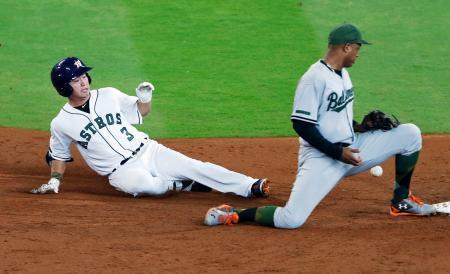 オリオールズ戦の3回、左中間への安打で二塁に滑り込むアストロズ・青木=ヒューストン(共同)