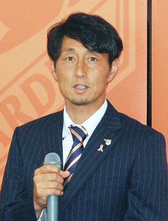 就任記者会見で抱負を語るJ1大宮の伊藤彰新監督=29日、さいたま市