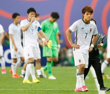 ベネズエラに敗れ、肩を落とす堂安(右)ら日本イレブン=大田(共同)