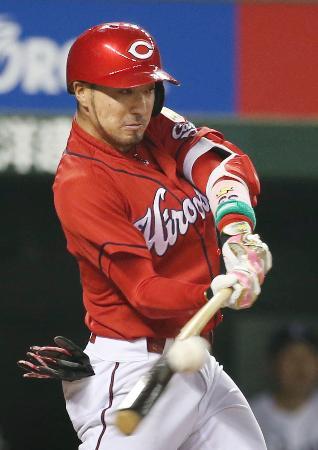 8回広島2死一、二塁、菊池が右前に適時打を放つ=メットライフドーム