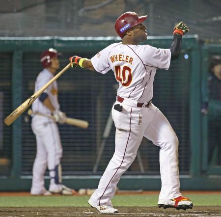 6回楽天無死満塁、ウィーラーが中越えに満塁本塁打を放つ=Koboパーク宮城