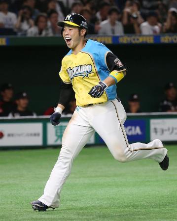 ロッテ戦の3回、本塁打を放ち、笑顔の日本ハム・近藤=東京ドーム