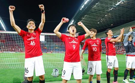 済州に逆転勝ちで準々決勝進出を決め、サポーターの声援に応える森脇(左端)ら浦和イレブン=埼玉スタジアム