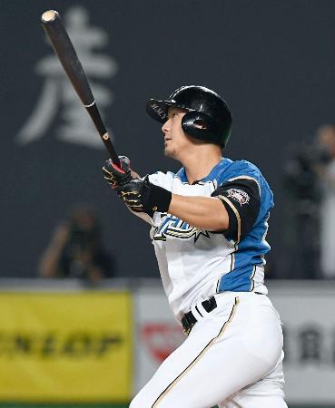 3回日本ハム無死二塁、中田が左中間に2ランを放つ=札幌ドーム