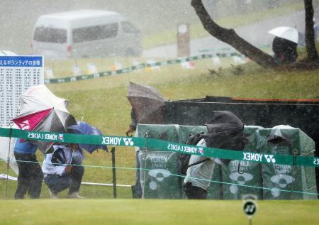 荒天のために競技が中断となった女子ゴルフのヨネックス・レディース。競技打ち切りで大会は54ホールから36ホールに短縮された=ヨネックスCC