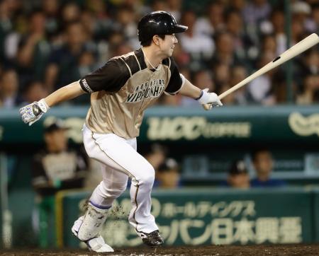 9回日本ハム1死二、三塁、代打松本が左翼線に勝ち越しの2点二塁打を放つ=甲子園