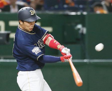 11回オリックス1死、安達が右越えに勝ち越し本塁打を放つ=東京ドーム