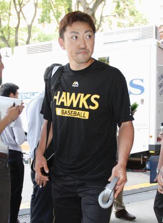 出場選手登録を外れ、引き揚げるソフトバンク・内川=横浜