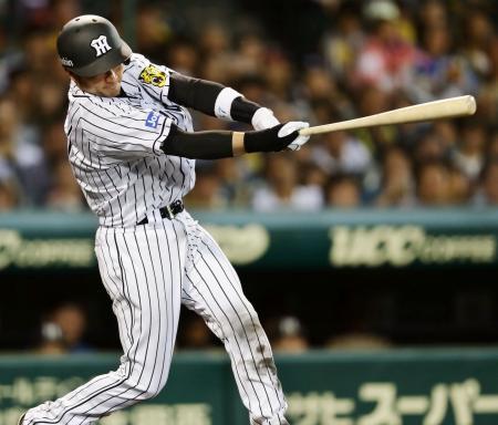 4回阪神1死三塁、岡崎が左越えに逆転2ランを放つ=甲子園