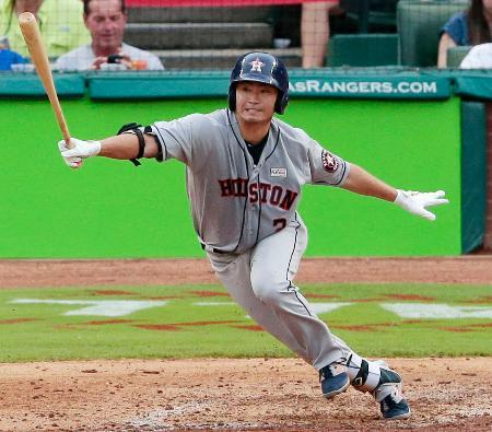 レンジャーズ戦の4回、日米通算2千安打まであと5本となる二塁内野安打を放つアストロズ・青木=アーリントン(共同)