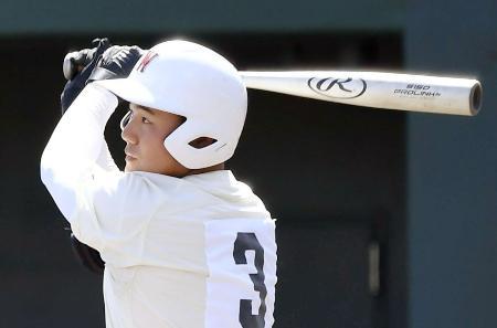 愛知・享栄戦の9回、高校通算100本塁打を放つ早実の清宮幸太郎内野手=4日、愛知県の小牧市民球場