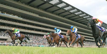 第67回安田記念を制したサトノアラジン(左端)=東京競馬場