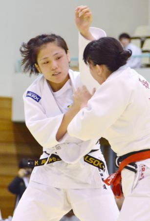 女子2部決勝で相手と組み合う田知本遥=アルビス小杉総合体育センター