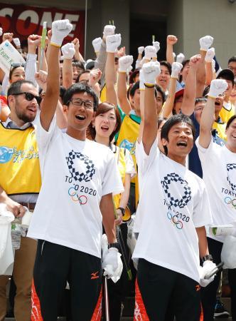 「世界環境デー」に合わせて開催された「スポGOMI大会」で、気勢を上げる競歩の荒井広宙選手(左)と谷井孝行選手=5日午前、東京都内