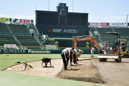内野の土の部分を広げる作業が始まった甲子園球場=5日