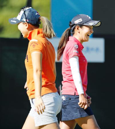 練習ラウンド前、上田桃子(左)と談笑する宮里藍=六甲国際GC