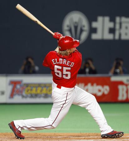 7回広島2死一塁、エルドレッドが左翼線に勝ち越しの二塁打を放つ=札幌ドーム