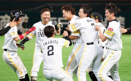 10回、サヨナラ打を放ち、ナインに祝福されるソフトバンク・柳田(左から4人目)=ヤフオクドーム