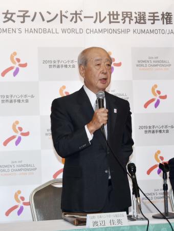 8月に開かれる女子の国際大会について記者会見する日本ハンドボール協会の渡辺佳英会長=8日午後、熊本市