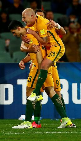 W杯アジア最終予選B組、サウジアラビア戦で勝ち越しのゴールを喜ぶオーストラリアの選手たち=8日、アデレード(ロイター=共同)