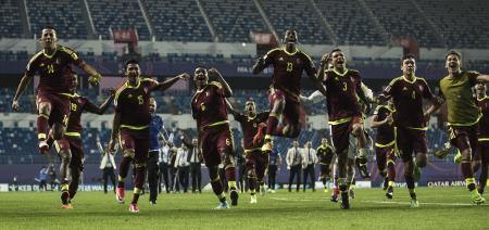 サッカーのU―20W杯韓国大会、ウルグアイを破り、決勝進出を決めて喜ぶベネズエラの選手たち=8日、大田(ゲッティ=共同)