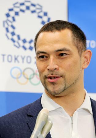 記者の質問に答える、2020年東京五輪・パラリンピック組織委員会の室伏広治スポーツ局長=10日午前、東京都港区(代表撮影)