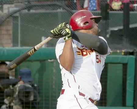8回楽天1死一塁、ペゲーロが左翼線に勝ち越し二塁打を放つ=Koboパーク宮城