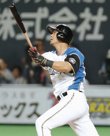 8回日本ハム1死二、三塁、中田が左中間に逆転の2点二塁打を放つ=札幌ドーム