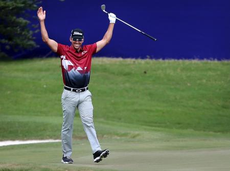 米男子ゴルフのフェデックス・セントジュード・クラシック第3日、3番でバーディーを奪ったラファエル・カブレラベロ=10日、メンフィス(AP=共同)