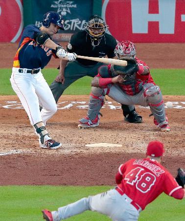 エンゼルス戦の6回、左前打を放ち、日米通算2千安打を達成したアストロズの青木宣親外野手=11日、ヒューストン(共同)