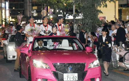 祝賀パレードをする立教大野球部員ら=12日夜、東京都豊島区