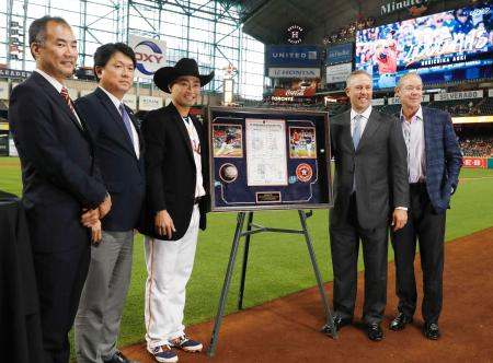 日米通算2千安打達成の記念式典に出席したアストロズ・青木(左から3人目)。左端は宇宙飛行士の野口聡一氏=ヒューストン(共同)