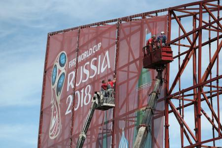 サッカーW杯ロシア大会開幕まで14日であと1年。ソチ冬季五輪の会場ともなった五輪公園にも巨大な屋外看板が準備中=12日、ソチ(ゲッティ=共同)